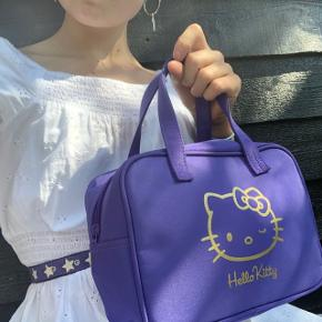 Super cute Hello kitty taske🥺💕 God stand!👣 Mærke: Hello kitty  Kom altid med et bud;)✌🏻  Tags:  Aesthetic, designer, 00's, 90's, Mode, Trend, trendy, vintage, retro, indie, Egil, y2k cottagecore, kawaii  ❌Tjek gerne de andre vintage tasker på min profil❌