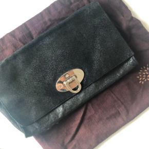 Mulberry clutch, model Ava, købt 2008 ved Mulberry i Århus; nypris 5210,- Godt brugt og lille hul i bunden (4 cm) -kan sys ved skrædder - derfor denne meget lave pris💗 Se billeder.  Der medfølger kun mulepose, ingen kvittering.   Hentes på Islands Brygge ellers brug gerne Køb Nu💌