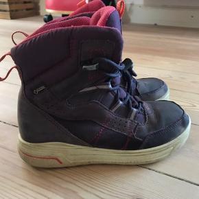 Fede varme vinterstøvler fra Ecco med gore-tex, der sikre varme og tørre fødder. De er nemme at få på og af og sidder godt på foden. De har ikke været brugt ret meget, da vi var ude at rejse en stor del af sidste vinter. Str 32.