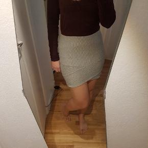 Unik grå nederdel fra Gina Tricot. Elastisk - giver sig/tilpasser sig kroppen.  Let anvendelig, kan hurtigt blive dressed up eller dressed down 🙂  Kan afhentes på Nørrebro eller sendes med DAO gennem Trendsales.