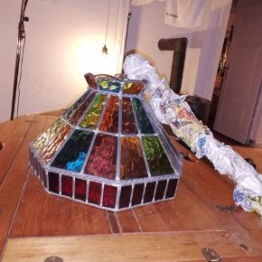 Stor loftslampe med forskellige farver og med kæde til ophæng. BYD