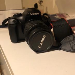 Canon Eos spejlreflekskamera. Kan indstilles til forskellige billedetyper og tager super gode billeder med linsen, som både kan zoome ind og ud og stadig have god kvali. Tilhørende er oplader og andre stik til bl.a. overførelse af billederne til computer eller bærbar. Skriv for mere info :) - Hvis det ønskes kan min kamerataske fås med i prisen (se sidste billede)