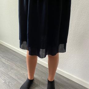 Nederdelen har aldrig været brugt, dog vasket 1 gang men ellers står som helt ny.