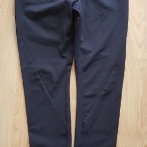 Helt nye bukser jeg aldrig har brugt. Dejlig bukser at have på pga elasticiteten. Nypris 699 kr. Str 36.