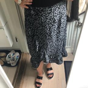 Rigtig fin slå om nederdel fra Vero Moda søger ny ejer. ☀️ brugt få gange, så er i rigtig fin stand.   #secondchancesummer