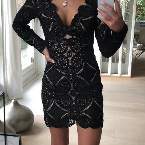 Sælger denne kjole. Den er købt på asos men mærket hedder 'Love triangle'.  Str UK 6 - EU34 Brugt 1 gang og er som ny.   Mindstepris 180kr