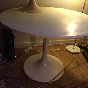 Flot Verner Panton spisebord i hvid, sælges..    Bordet er fra engang i 80'erne, og er i god stand for alderen..   Det kunne godt trænge, til en gang ny maling på bordpladen, hvis det skulle være, men ellers ingen anmærkninger..   Det måler ca 110 cm Ø, og 75.cm høj..    NB! Bordet har desværre for fået et hak i pladen under transport, så det sælges derfor til langt langt under markedsprisen.. (delene der er røget af haves dog endnu!) Så sidder der en derude der er lidt fingerfærdig?så kan de få et ultra fint dansk design bord, til næsten ingen penge..!  SE OGSÅ ALLE MINE ANDRE ANNONCER.. :D