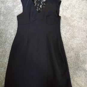 Flot sort kjole med blonde i ryggen Aldrig brugt, stadig med prismærke