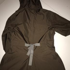 Grøn/brun regnjakke til piger, med detalje på rygge. Sælges da den er blevet for lille