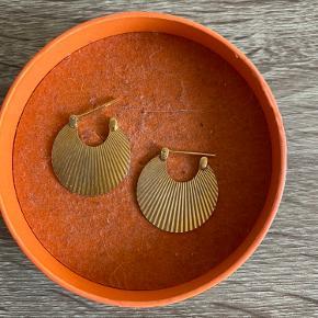 Shell øreringe (de små) i guld. Lidt brugte, men ikke synlige fejl.