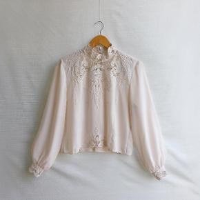 Så smuk vintage skjorte fra 1980'erne med de fineste detaljer sælges! Materiale er polyester, og der er ingen størrelseslabel i, men vil passe en str. S/36. Sælges til 500kr afhentet eller plus 33kr i DAO porto.