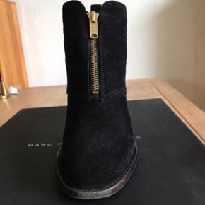 Lækre Ankelstøvler i sort ruskind - str 37,5 Behagelig hæl. Højde ca 6,5 cm