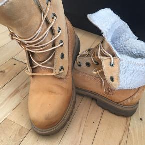 Fede Timberland støvler, desværre 1/2 nr for små. Gået med et par gangen, enkelte brugs spor, giv et bud.