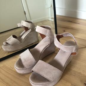 Ikke så tydeligt på billederne, men skoene er let rosenfarvet og ikke helt beige