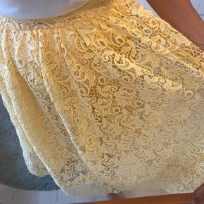 H&M trend pastel gul blonde nederdel 🌼 Bliver lukket i siden med lynlås.