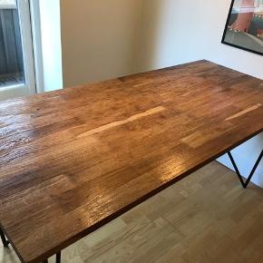 Balibord med egeplade og sorte metal Ben.  Fin stand. 80 cm x 180 cm  Ny pris: 4.999,-