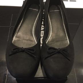 Søde matsorte ballerina sko fra Vagabond. Brugt én gang og uden slid eller mærker.  Køber betaler Porto ned DAO (37 kr) eller kan afhentes på Østerbro