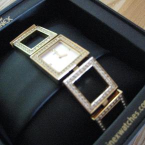 Brand: Inex Watches Varetype: Flot ur - et smykke med bling sten Størrelse: 19 cm lang Farve: Guld/bling Prisen angivet er inklusiv forsendelse.  Rigtig flot ur med bling sten  Ingen sten mangler, der er lidt små ridser på den flade firkant ellers flot  Det skal have nye batterier i. Bytter ikke  Pris inkl. forsendelse