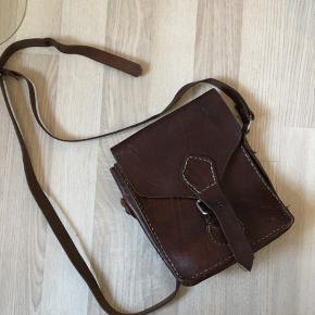 Vintage cross-body-taske i kernelæder. Med flere rum og også et med lynlås. Sælges da jeg desværre ikke får den brugt:-)