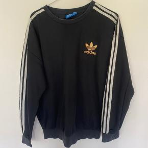 Lækker sweatshirt fra Adidas, brugt en del gange samt vasket, derfor er logoet blevet misfarvet🖤