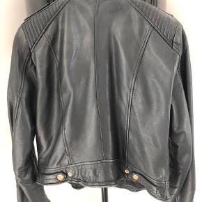 Super cool læder jakke med rose gold detaljer fra Zara. Det er str. L, men er lidt en lille L. Nypris 1600 kr