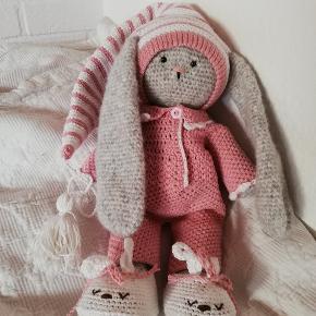 Ny stor kanin i uldblanding , tøjet er i bomuld og kan tages af. Hjemmelavet af undertegnede. 38 cm høj
