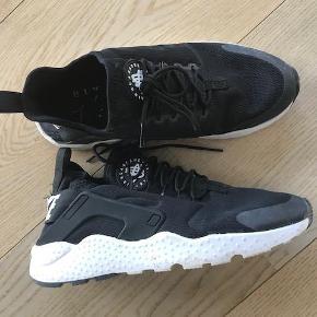 Varetype: Sneakers Størrelse: 40.5 Farve: Sort Oprindelig købspris: 900 kr.  Brugt få gange. Få brugsspor. Sælges da jeg ikke får dem brugt.