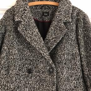 Flot og dejlig uld frakke fra Zizzi Str. M Købt sidste vinter og er blevet brugt meget begrænset og fejler absolut intet.  50% Uld 50% Polyester