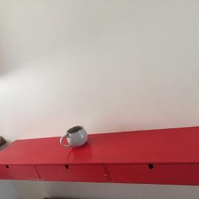 Rødmalet skuffe-hylde fra IKEA  Afhentes hurtigst muligt