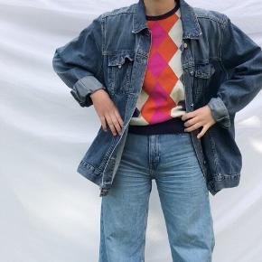 Demin jakke fra Tommy Hilfiger. Brugt i en periode, men den fremstår som ny.   Jeg er 168, og jakken dækker lige akkurat numsen
