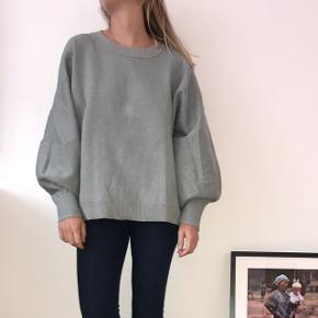 Fed sweater med glimmer effekt. Sweateren er i en str.L og jeg er selv str. xs-s og har brugt den som en oversize . Ny pris 400