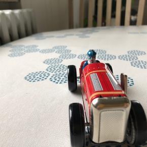 Fin lille bil i blik. Den kan trækkes op og sættes til at køre. Aldrig brugt. Har bare ligget i sin kasse.