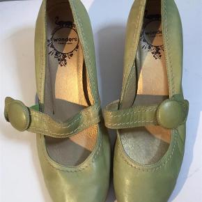 Varetype: Flotte lysegrønne sko Farve: Lysegrøn  Flotte lysegrønne sko i skind med rem over vristen  Den indvendige længde er 25,5 cm, hælen er 6,3 cm, det bredeste sted er 8 cm  Bud fra kr 400 pp - porto er sat til forsendelse via DAO, andet kan selvfølgelig aftales.  Respekter venligst, at jeg ikke bytter - og at jeg ikke svarer på forespørgsler om dette.  Kan afhentes København, Østerbro  Betaling via bankoverførsel eller TS  Yderligere info: klik på mit brugernavn og derefter på beskrivelse.