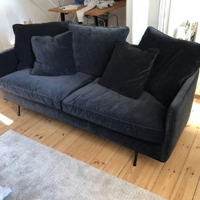 Julia Lux 2½ pers. Sofa  Julia Lux 2½ pers. sofa monteret med blødt velour. Sædepolstring i koldskum med duntop for ekstra god komfort. Rygpuder med fyld af dun og fjer. Ben i sortlakeret metal (fås også med træben). Alle betræk - også på stellet - er aftagelige for lettere rengøring