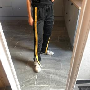 Fede bukser fra Zara med gule striber ned at benene. Str. S Byd   ASOS, acne, Ganni, cos, monki, weekday, messege, zara, H&M, Wood Wood, birkenstock, Adidas, Nike, New balance, gina Tricot, mango,