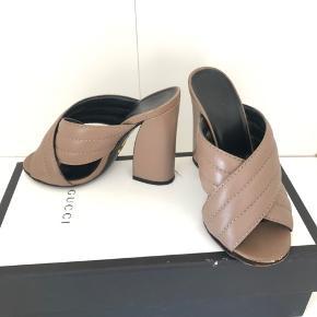 Gucci Sylvia crisscross  i str. 35 Sålen måler 22 cm  Hælen er 11 cm  Nypris var omkring 2500-3000 kr Se de sidste billeder. Sålen er løs men kan nok godt laves hos en skomager 🌸