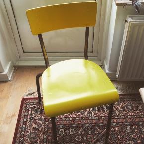 Skolestole i den fineste gule farve   100kr stk . . .  #gulestole #skolestole #retrostol #schoolchair #gulstol #maletstol #stabelstol #stolpåstol #stablestole