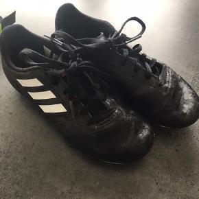 Adidas fodboldstøvler i str 34 men svarer til str 32. Måler 21,7 cm indvendigt.  Afh i 6710.
