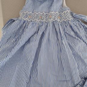 Skønneste blå og hvid stribet kjole. Der er også underbukser der skjuler bleen. Porto 38kr