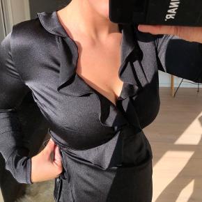Wrap-trøje, med shiny stof