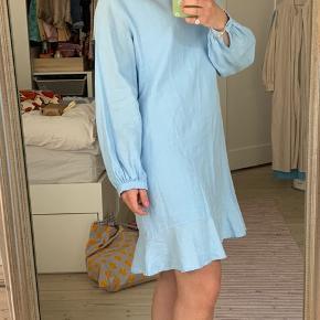 Smuk lyseblå Hosbjerg kjole i hør str S. Lukkes med knap på ryggen