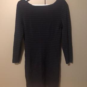 Super fin rib strikket kraftig kjole i polamid og viscose. Den er mørkeblå og sortstribet. Passer også en medium.