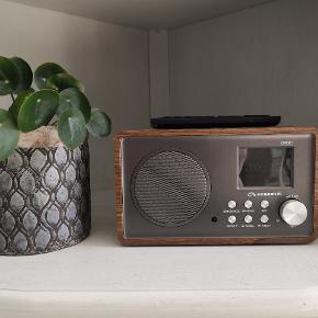 Rigtig god internet radio, står som ny. Den har en rigtig god og ren lyd. Er modelen med træ finish rundt om sig. Koster som ny 1799 i Power, den er fra december 2017. Den eneste grund til at den sælges er at vi har et andet lydsystem, så vi får den ikke rigtig brugt. Kvittering kan jeg printe hvis den ønskes med.  Kom gerne med et bud.