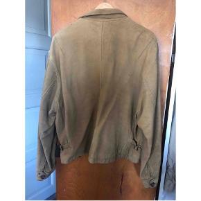 Nicole Farhi jakke i ruskind sælges. Er fra starten af 90'erne, og dermed også brugt rigtig meget. Der er en del slid på den, hvilket dog bare giver et vildt fedt udtryk!💫