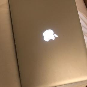 Jeg sælger min Macbook Pro 13 fra medio 2012 i grå. Den har en processor på 2,5 GHz i5 og er på 500 GB.   Den er super vedligeholdt og kommer i original pakning, samt lader medfølger. Den har nogle få ridser på forsiden, men ingen tegn på buler eller lignende. Det hele ved den fungerer optimalt og den modtages totalt nulstillet og nyopsat. Den har været brugt til skolebrug og er passet godt på.  Skriv en besked, hvis du ønsker flere informationer eller billeder. Prisen kan forhandles