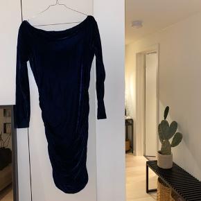 Super smuk velour kjole fra Gestuz i en meget mørk blå. 💙