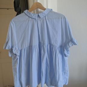 Luftig oversized skjorte med skjorte-krave og fine ærmer.