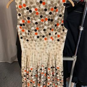 Kjole med prikker i str 8 96 % bomuld og  4% elestan  Ny pris: 5.000 kr