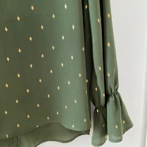 Mørkegrøn bluse med små guld blade, fejler ingen ting. Køber betaler porto, sendes med DAO, eller kan hentes i Lyngby
