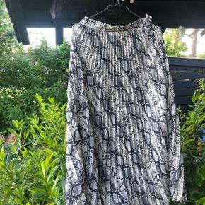 Maxi nederdel i slangeprint